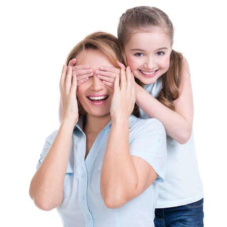 若い娘は、手目ママ - 分離を閉じます。幸せな家族の人の概念。