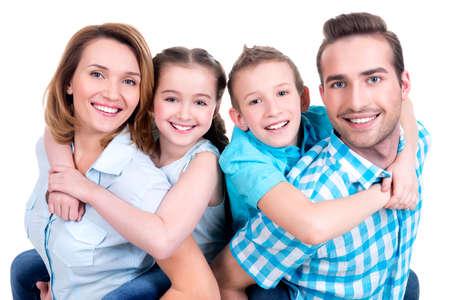 Portrait des glücklichen europäischen Familie mit Kindern Blick in die Kamera - isoliert auf weißem Hintergrund LANG_EVOIMAGES