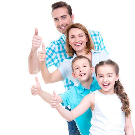 子供たちと幸せなヨーロッパ家族の肖像画は記号 - 白い背景で隔離の親指を示しています