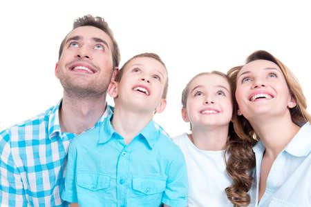 Foto der glücklichen jungen Familie mit zwei Kindern bis isoliert auf der Suche auf weißem Hintergrund