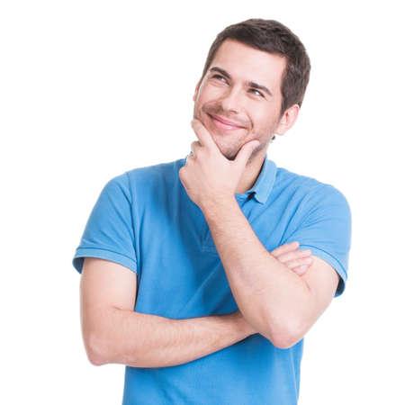 hombre pensando: Retrato del hombre de pensamiento joven sonriente mira para arriba en sus - aislados en blanco.