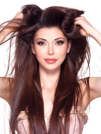 dishevel: Ritratto di una bella donna graziosa bianca con lunghi capelli lisci