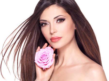 dishevel: Ritratto di una bella bella donna bianca con lunghi capelli lisci e rosa rosa a faccia. LANG_EVOIMAGES