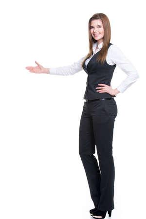 pont: Fiatal, mosolygós boldog nő szürke öltöny mutatva valamit kézzel. elszigetelt fehér háttérrel. Stock fotó