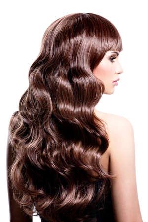 profil: Profil portret pięknej kobiety z brązowe włosy kręcone - samodzielnie na białym tle.