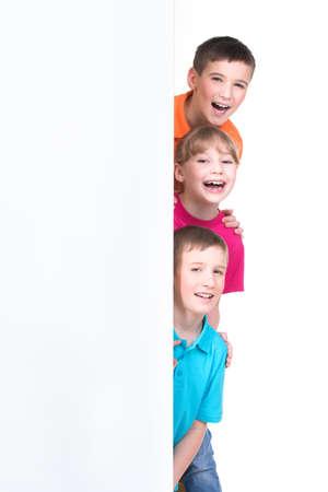 白い旗 - 白い背景で隔離の背後にある子供たちの陽気なグループ。