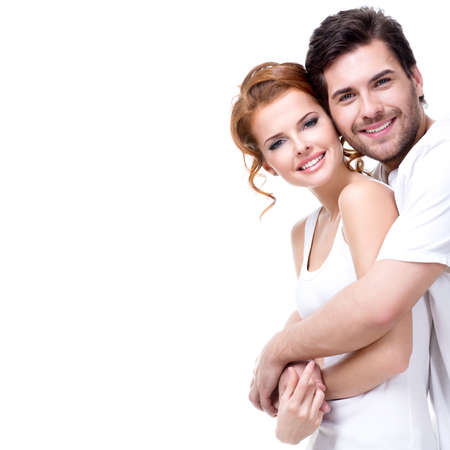 陽気な幸せな若いカップル - 白い背景で隔離のカメラを見てします。