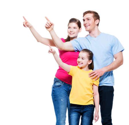 Heureux jeune famille avec enfant pointant doigt vers le haut - isolé sur fond blanc Banque d'images