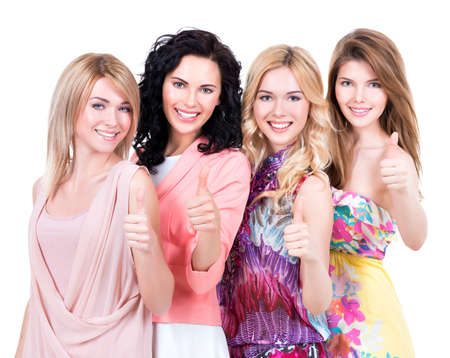 mujeres juntas: Grupo de jóvenes hermosas mujeres felices con los pulgares para arriba signo posando en el estudio sobre el fondo blanco.