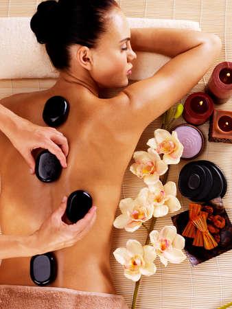 masajes relajacion: Mujer adulta con masaje con piedras calientes en el sal�n de spa. Concepto de tratamiento de belleza.