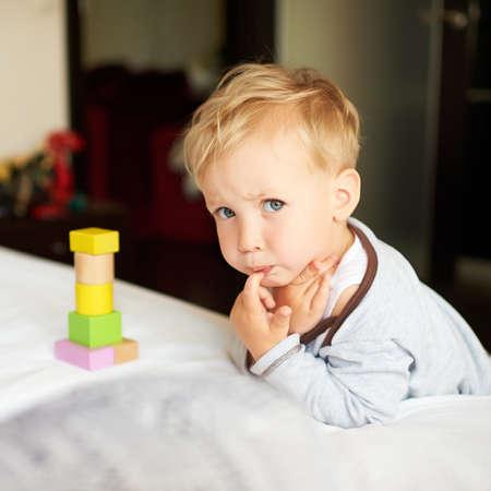 blonde yeux bleus: Portrait de petit garçon mignon jouant avec des blocs à la maison.