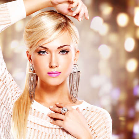 model pose: Retrato de una mujer hermosa con los labios de color rosa brillante y maquillaje de moda. Posando en el estudio sobre el fondo de arte Modelo