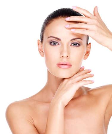 Beau visage santé de la jeune femme jolie blanc avec une peau fraîche - isolé sur blanc
