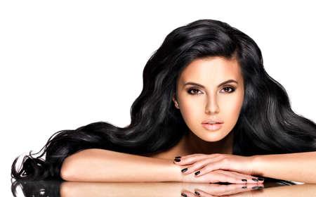 Portret van de mooie jonge vrouw met zwart haar - poseren in de studio