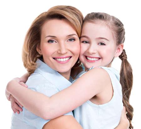 幸せな白い母および若い娘 - 分離のクローズ アップの肖像画。幸せな家族の人の概念。 写真素材