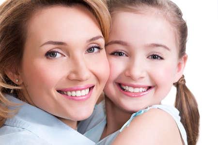 femmes souriantes: Portrait Gros plan de la m�re blanc heureux et sa jeune fille - isol�. Bonne notion de personnes de la famille.