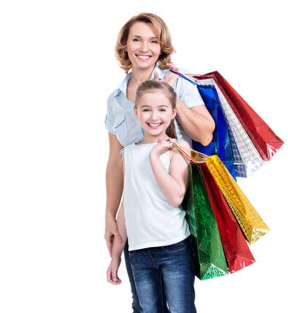Portrait der glücklichen weißen Mutter und Tochter mit einkaufen Taschen- isoliert. Glückliche Familie, Menschen Konzept. LANG_EVOIMAGES
