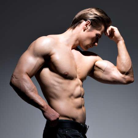 hombres sin camisa: Hombre guapo con cuerpo sexy hermosa muscular que presenta en el estudio. LANG_EVOIMAGES