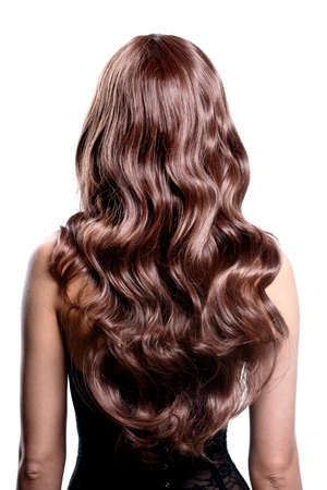 stílus: Vissza kilátás, barna nő, hosszú fekete göndör haj pózol a stúdióban. LANG_EVOIMAGES