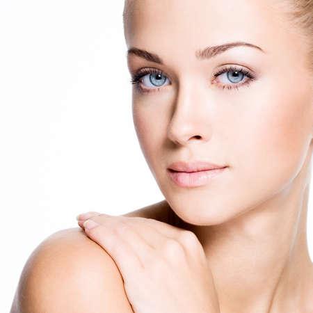 Portrait de la belle jeune femme blonde avec le visage propre - isolé sur blanc