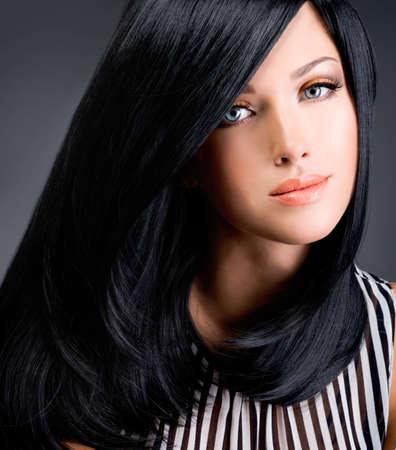 긴 검은 직선 머리가 스튜디오에서 포즈 아름 다운 갈색 머리 여자