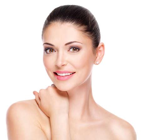 piel humana: mujer adulta joven con la cara hermosa - aislado en blanco. Concepto de cuidado de la piel. LANG_EVOIMAGES