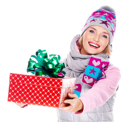 outerwear: Foto di donna adulta felice dando un regalo di Natale in un esterno in inverno - isolati su bianco
