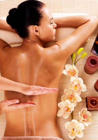 descansando: Masajista haciendo masaje en la espalda de la mujer en el sal�n del balneario
