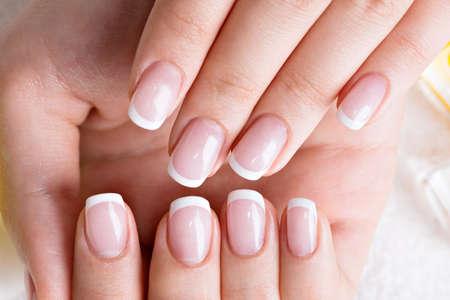 Vrouw in een nagelsalon het ontvangen van manicure door een schoonheidsspecialist. Schoonheidsbehandeling concept.