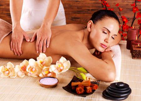Masseur faisant le massage sur le corps de la femme dans le salon de spa. Beauté concept de traitement. LANG_EVOIMAGES