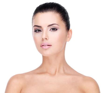belle brune: Beau visage de jeune femme avec la peau fraîche et propre - isolé sur blanc