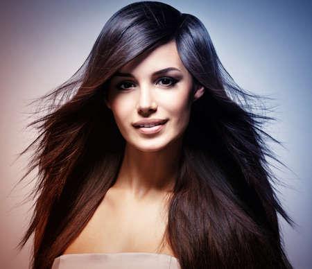 capelli lisci: Moda modello con lunghi capelli lisci. Modella in posa nello studio. Concetto di immagine � nella colorazione stile colorize