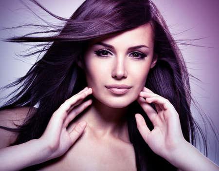 stílus: Divatos modell szépségét hosszú, egyenes haj. Koncepció kép a színezés színezése stílusban