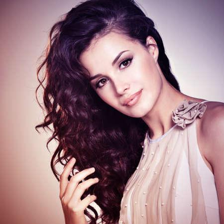 Schöne junge Frau mit langen braunen Haaren. Hübsches Model posiert im Studio. Bild Konzept ist in Tönungs kolorieren Stil