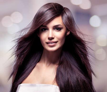 hosszú haj: Divat modell hosszú, egyenes haj. Divatmodell pózol a stúdióban.
