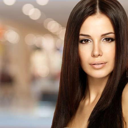 modelo desnuda: Mujer hermosa con el pelo largo y liso. Moda modelo posando en el estudio.