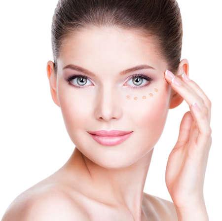 Bello fronte di giovane donna con fondazione cosmetica su una pelle su sfondo bianco. Concetto di trattamento di bellezza. Archivio Fotografico - 33624550