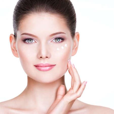 白い背景の上の彼女のかわいらしい顔にクリームを適用する若い女性のポートレート、クローズ アップ。 写真素材 - 33624801