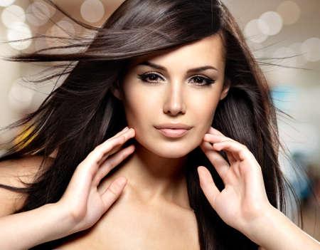 Fashion model avec de longs cheveux raides de beauté. Image créative studio.