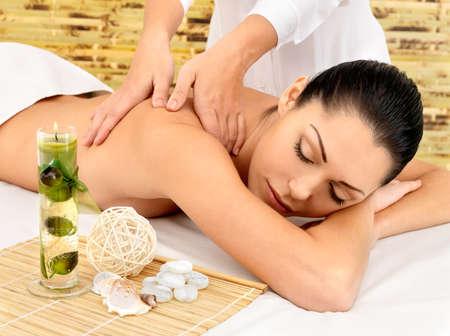 mimos: Mujer que tiene masaje de cuerpo en el salón de spa. Belleza concepto de tratamiento.