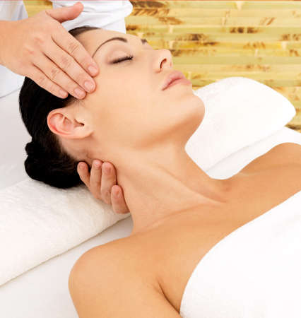 massage: Femme ayant massage du visage dans le salon de spa. concept de traitement de beaut�. Banque d'images