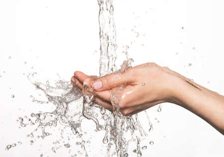 strumień: Zbliżenie kobiety ręce pod strumieniem zalewaniem - koncepcja pielęgnacji skóry Zdjęcie Seryjne