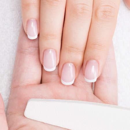 Donna in un salone di bellezza riceve manicure da un estetista. Concetto di trattamento di bellezza. Archivio Fotografico - 34216075