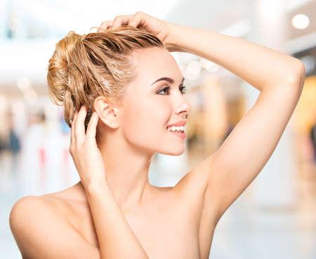 capelli biondi: Ritratto di una giovane donna sorridente lavare i capelli Archivio Fotografico