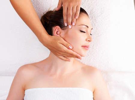 Žena s masáž těla v lázeňském salonu. Koncept Beauty ošetření. Reklamní fotografie