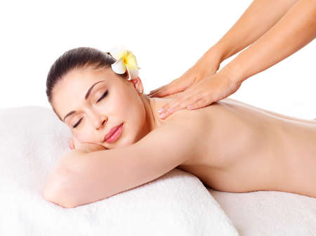 Frau mit Massage von Körper im Wellness-Salon. Beauty Behandlungskonzept.