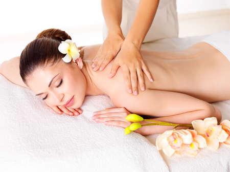 cuerpo femenino: Mujer que tiene masaje de cuerpo en el sal�n de spa. Belleza concepto de tratamiento.
