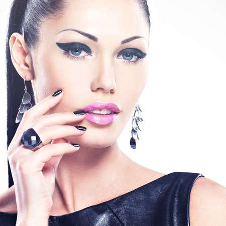 modelo desnuda: Hermoso de moda mujer sexy con uñas negras en cara bonita. Modelo de la muchacha bonita con joyería elegante de color plateado.