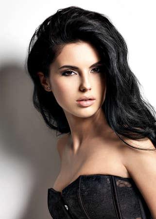 modelos negras: Hermosa sexy joven morena con el pelo largo. Retrato de un modelo de moda bonita que presenta en el estudio. Foto de archivo