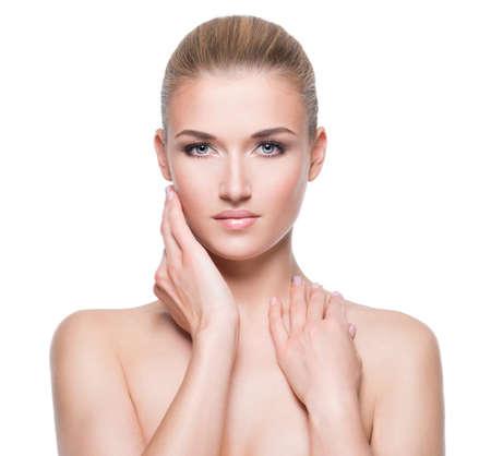 mujer rubia desnuda: Mujer rubia joven hermosa con la piel perfecta tocar su cara - sobre fondo blanco.